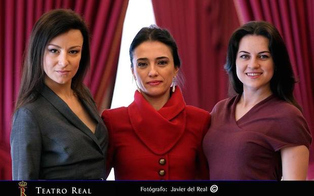 Irina Lungu (izqda.) junto a las otras dos Violetas de la Traviata en el Reall