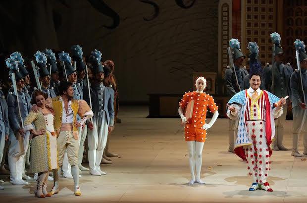 Escena de El Elixir de Amor en el Teatro alla Scala. Foto: Brescia&Amisano