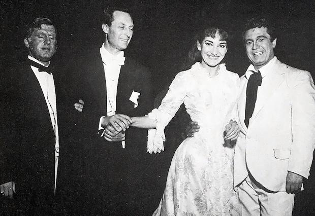 """Ettore Bastianini, Carlo Maria Giulini, Maria Meneghini-Callas y Giuseppe Di Stefano durante el ensayo general de """"La Traviata"""" foto: Erio Piccagliani – Teatro alla Scala, mayo de 1955"""