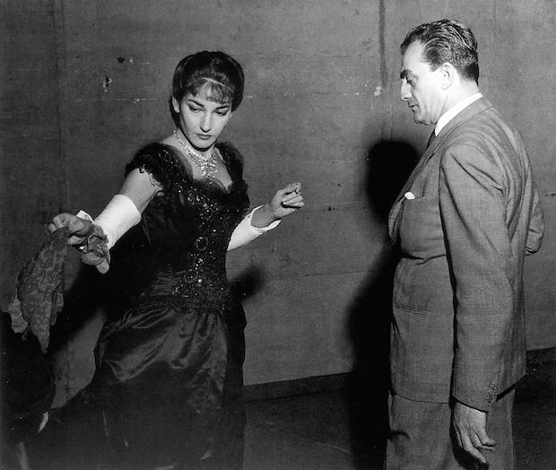 """Maria Meneghini-Callas y Luchino Visconti durante el ensayo general de """"La Traviata"""" foto: Erio Piccagliani – Teatro alla Scala, mayo de 1955"""