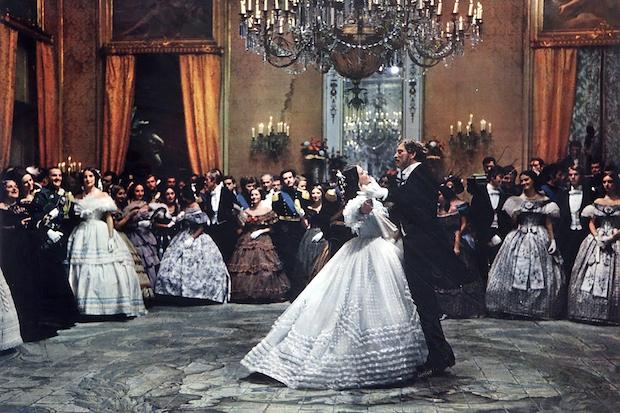 """El vals de Claudia Cardinale y Burt Lancaster  fotograma de """"Il Gattopardo"""", 1963"""