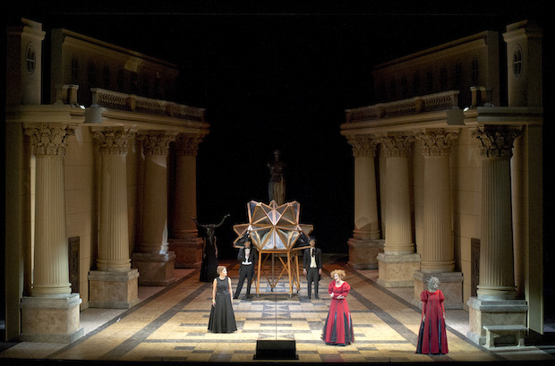 Beatrix Cenci de Ginastera en el Teatro Colón de Buenos Aires. Foto: Arnaldo Colombaroli