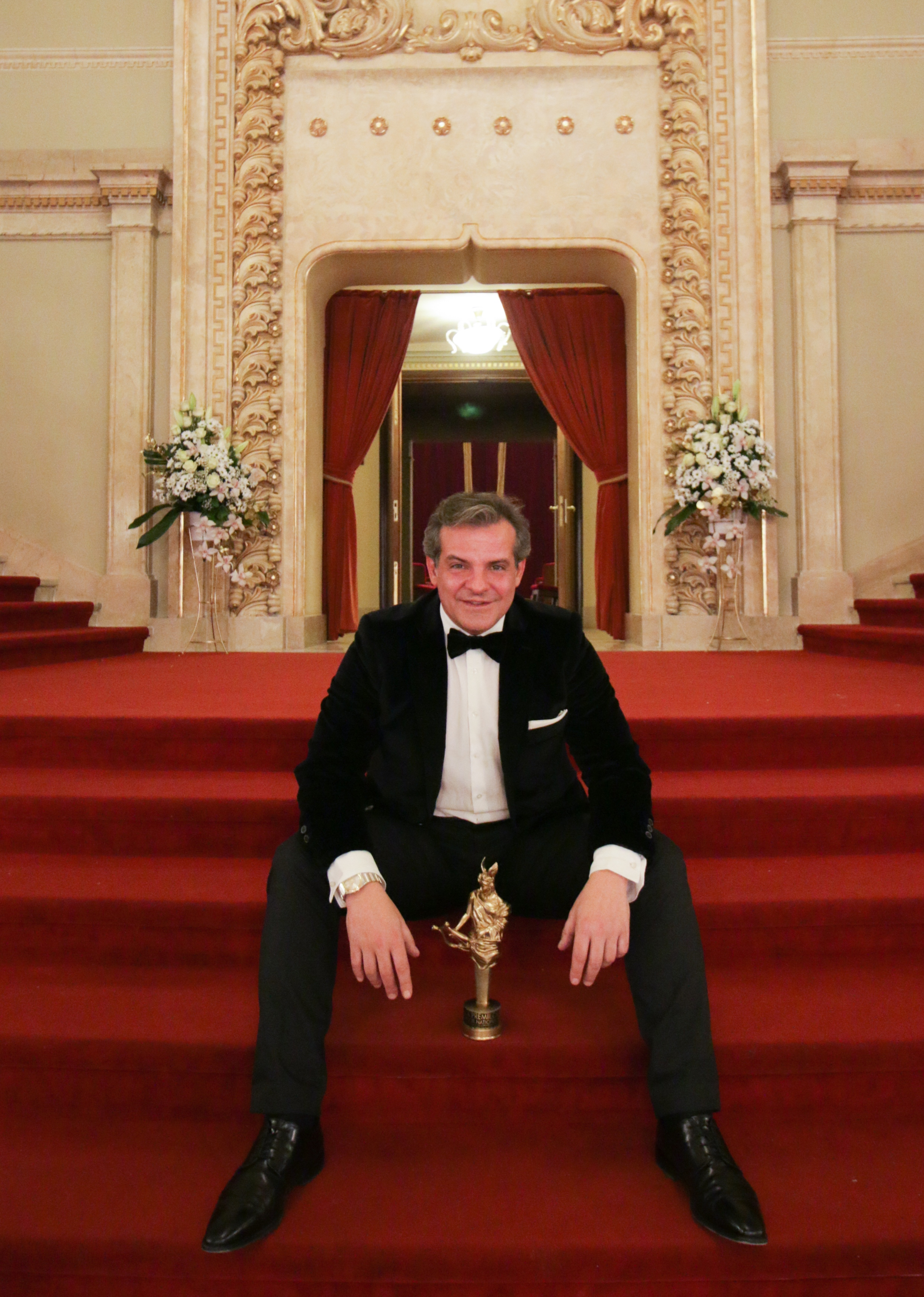 El coreógrafo Carlos Vilán con el premio recibido en la Ópera de Bucarest
