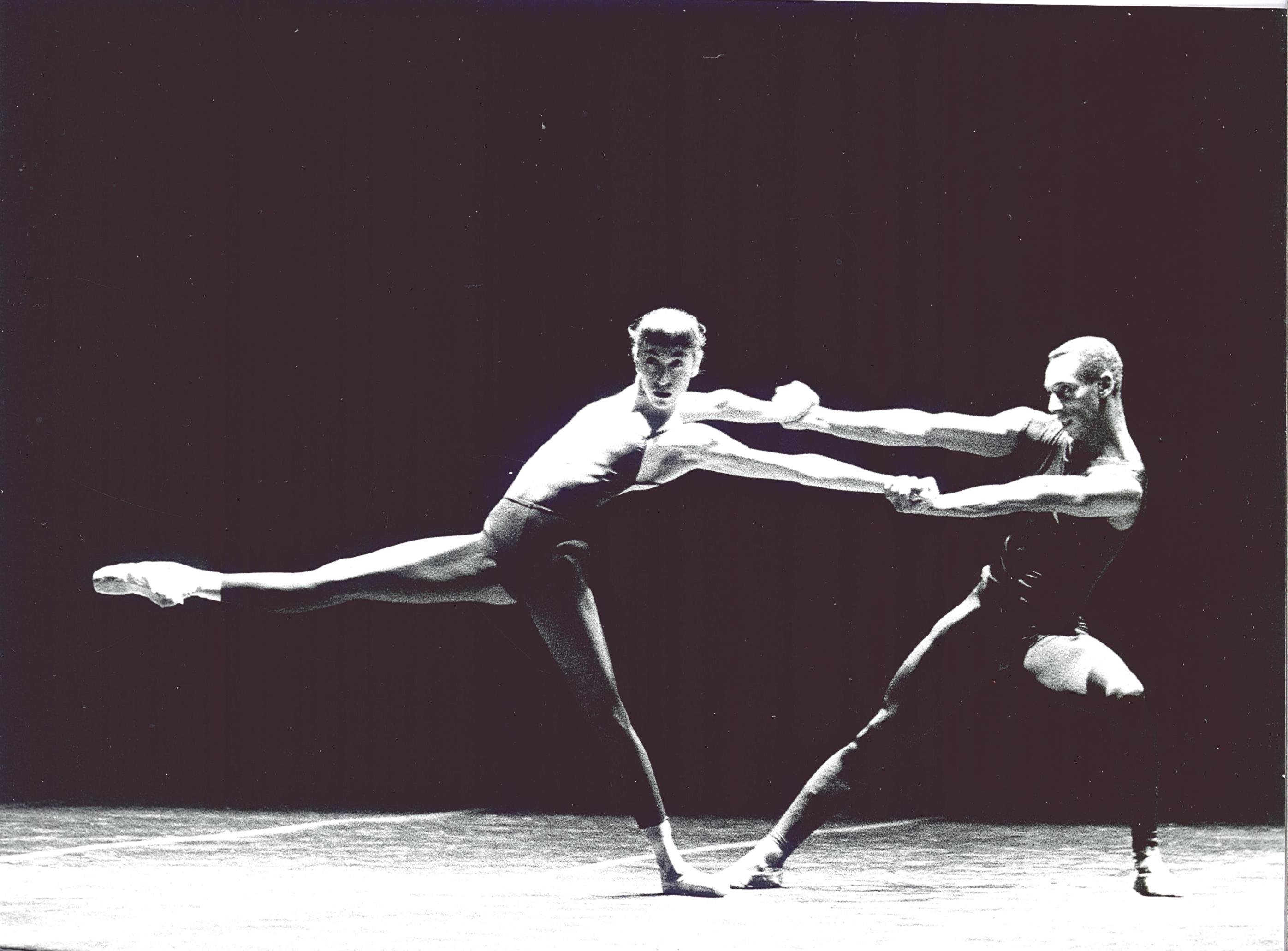 Eva López Crevillén y Tony Fabre en la coreografía de William Forsythe, In the Middle, Somewhat Elevated