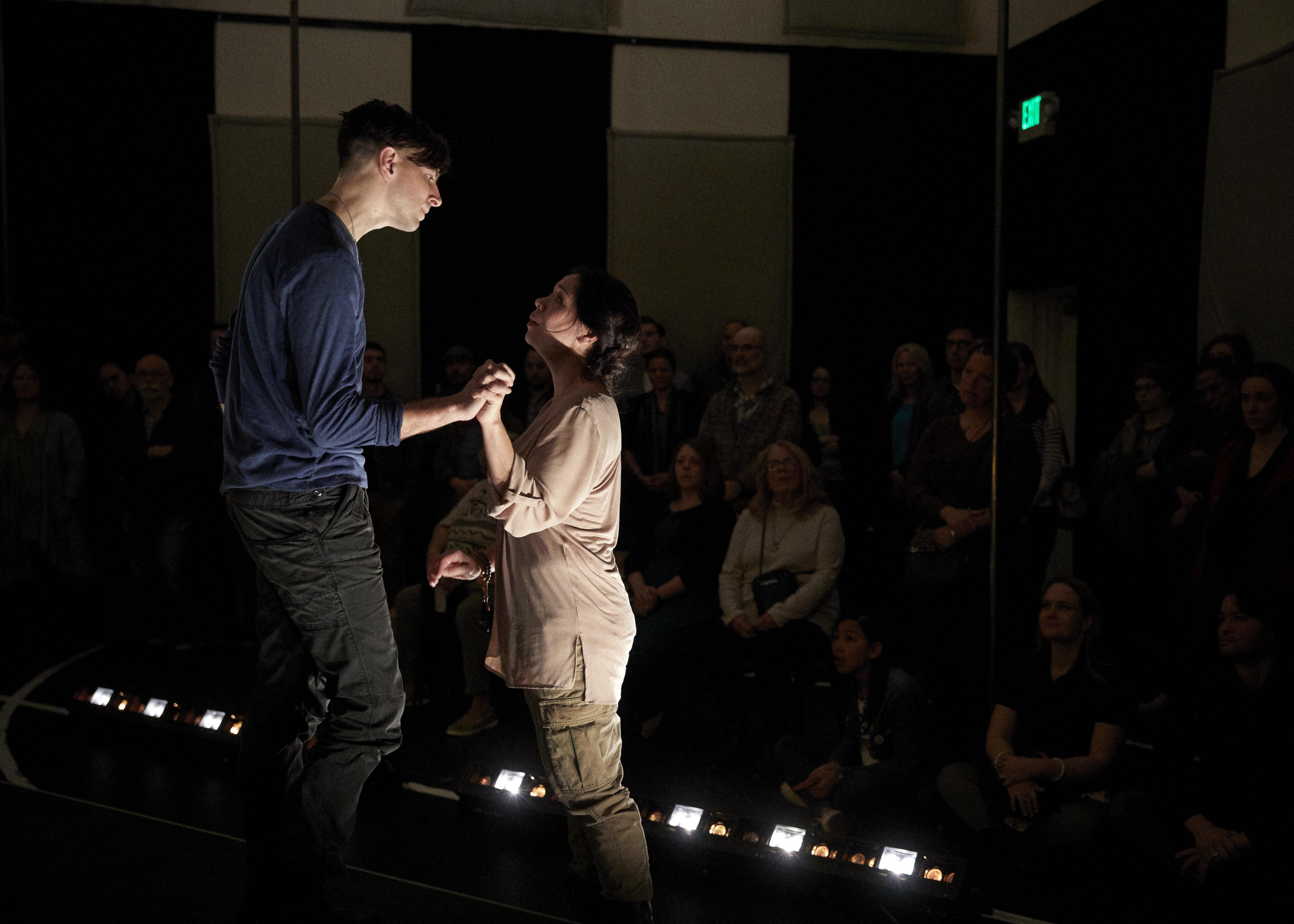 Thomas Segen (Tancredi) and Tess Altiveros (Clorinda). Foto: Philip Newton