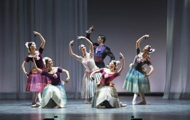 Los primeros bailarines Aloña Alonso y Sergio Bernal, junto a solistas del Ballet Nacional de España en la coreografía de Antonio 'Eritaña'. Foto: Jesús Vallina