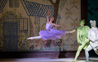 rancesca Hayward como Alice en Alice's Adventures in Wonderland, The Royal Ballet © ROH, 2014. Fotografía de Bill Cooper
