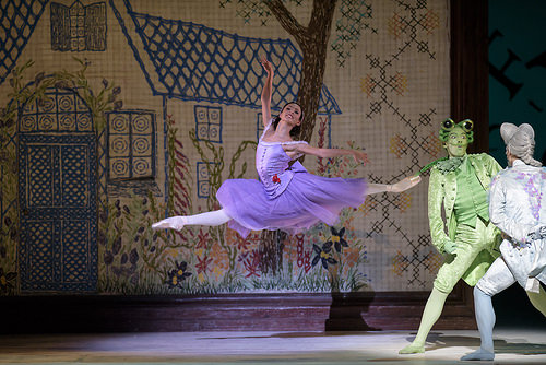 rancesca Hayward como Alice en Alice's Adventures in Wonderland, The Royal Ballet © ROH, 2014. Fotografía de Bill Cooper