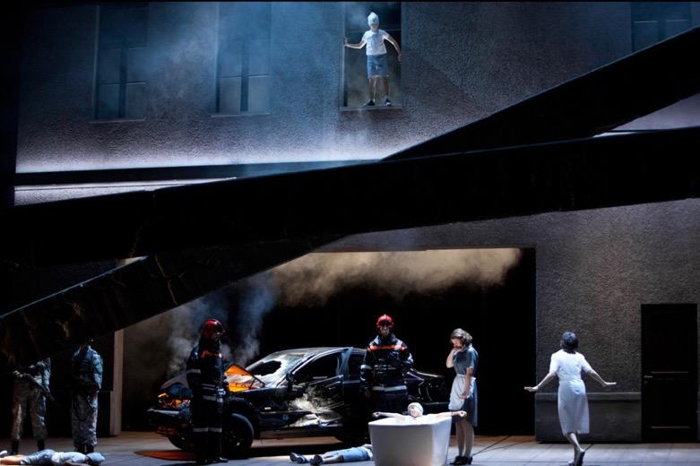 Estupenda producción escénica de Barkhatov para L'Invisible de Reimann