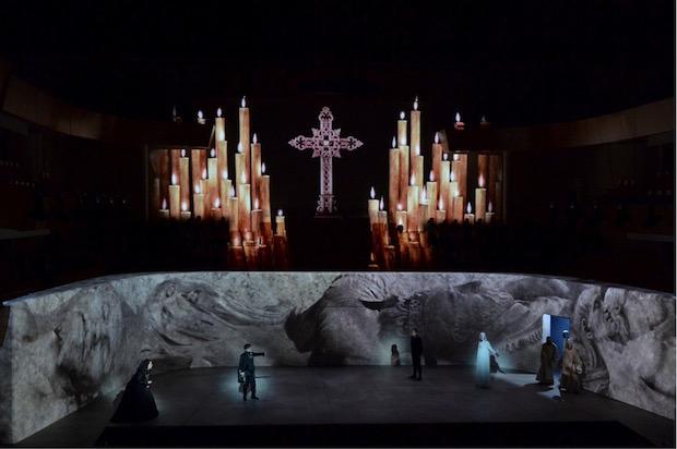 Don Carlo en Burdeos: el video sustituye con éxito a la escenografía