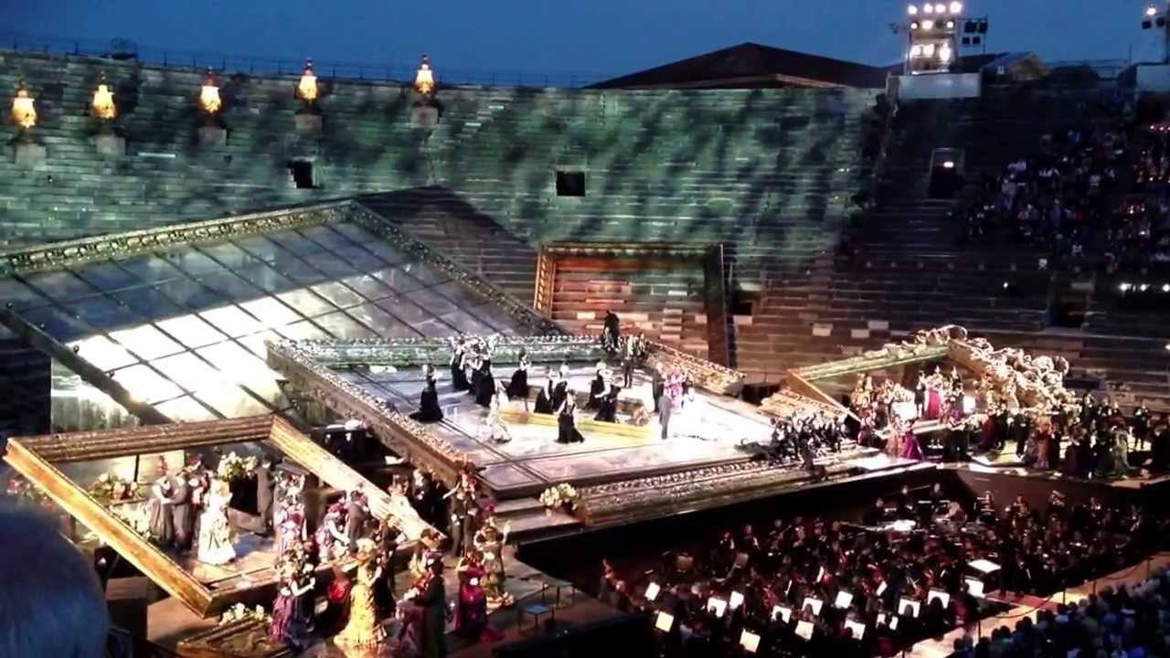 Una 'Traviata' spenta in scena all'Arena di Verona