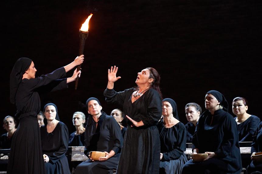 L'abbietta zingara e il fanciullino: a Macerata torna in scena il Trovatore di Francisco Negrin