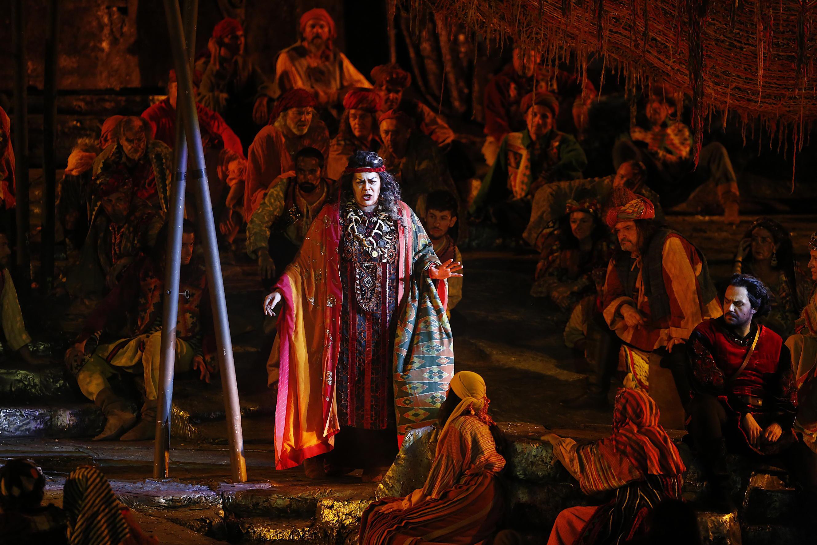 A Verona va in scena Il Trovatore nella storica produzione firmata da Franco Zeffirelli. Foto: Ennevi