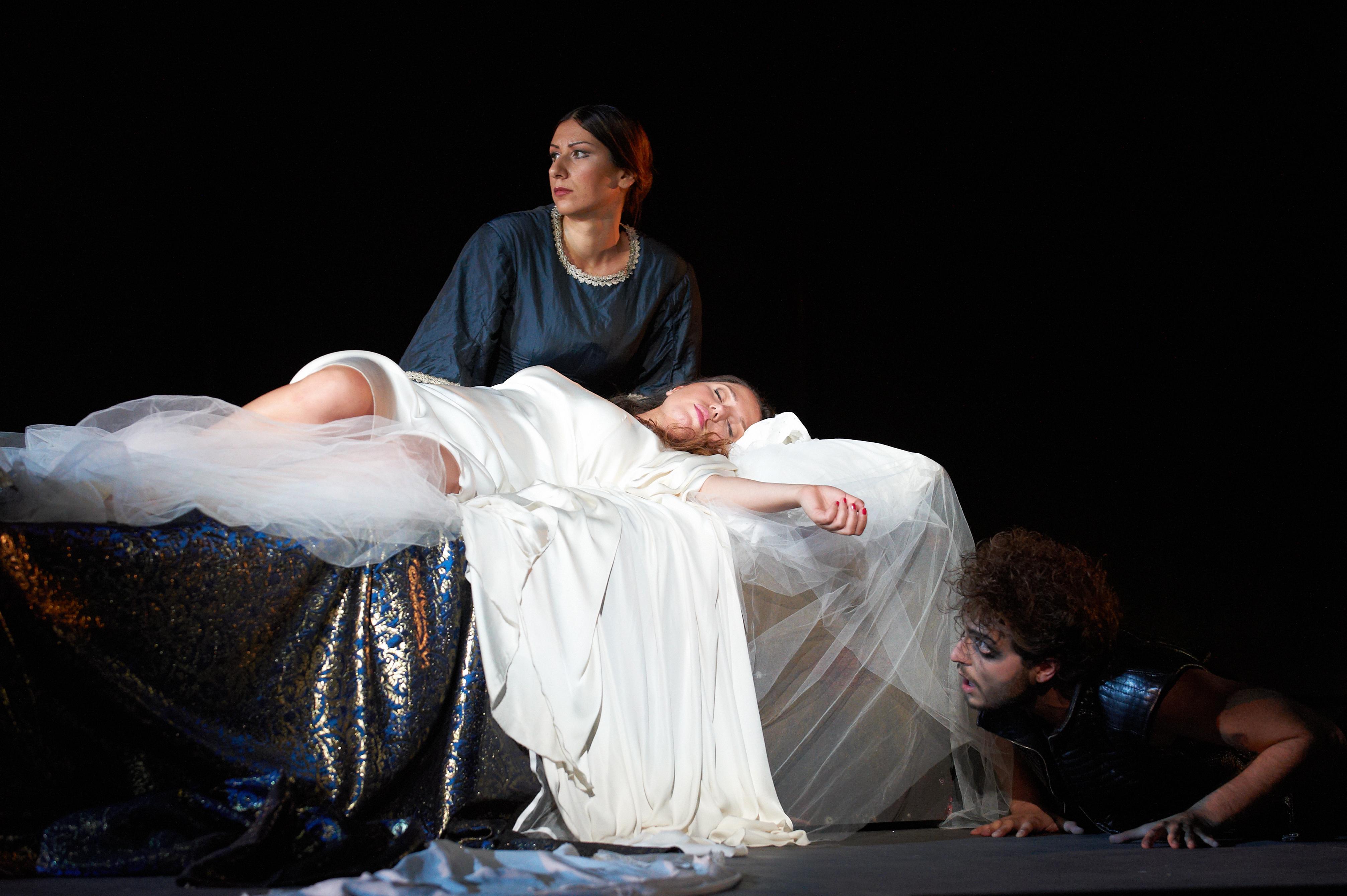 Un Otello assediato da violente incarnazioni del male fa il pieno allo Sferisterio. Foto: Tabocchini