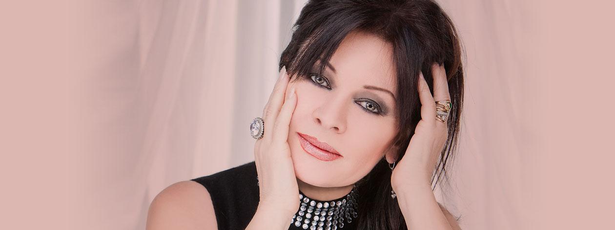 """La soprano italiana Daniela Dessì falleció en Brescia en el día de ayer a los 59 años tras una breve enfermedad. Esta fulminante batalla contra el cancer ya le hizo cancelar sus compromisos veraniegos el pasado mes de julio según ella misma publicó en su página de Facebook. La enfermedad ha acabado con la vida de la que, en palabras de su propia pareja sentimental el tenor Fabio Armiliato, ha sido """"la más grande cantante de los últimos 20 años"""". Nacida en Génova en 1957, Daniela Dessì estudió en el conservatorio de Parma. En 1980 gana el primer premio del Concurso Internacional de la RAI lo que la lleva a debutar La serva padrona de Pergolesi. Su amplio repertorio que abarca desde el Barroco de Monteverdi hasta las obras de Prokofiev, le ha llevado cantar en los principales teatros y festivales del mundo. https://www.youtube.com/watch?v=TMlZIuy2PNw"""