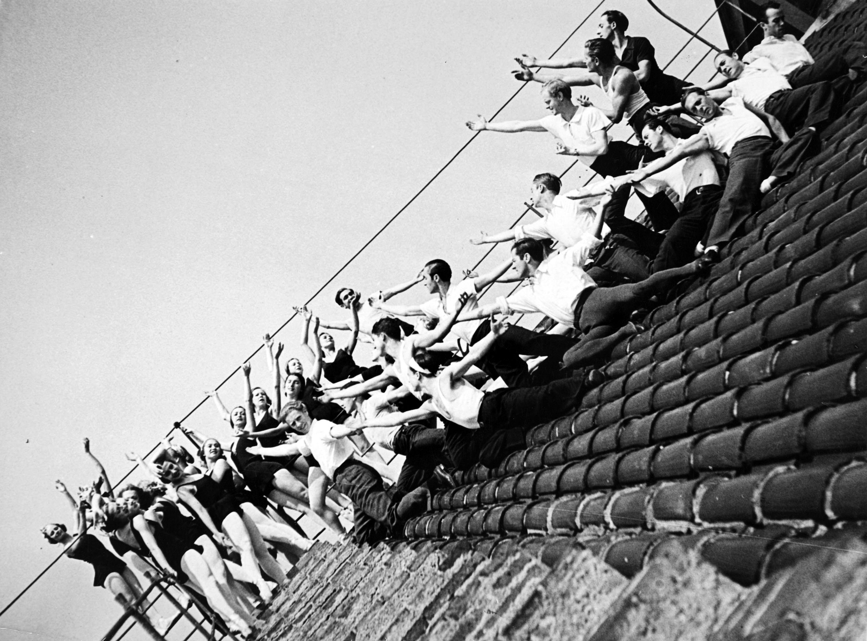 Cuerpo de baile de los Ballets Russes de Monte Carlo sobre el tejado del Gran Teatro del Liceo, hacia 1935. Fotografía de Compal (Compte i Palatchi). © Museu Nacional d'Art de Catalunya, Barcelona.