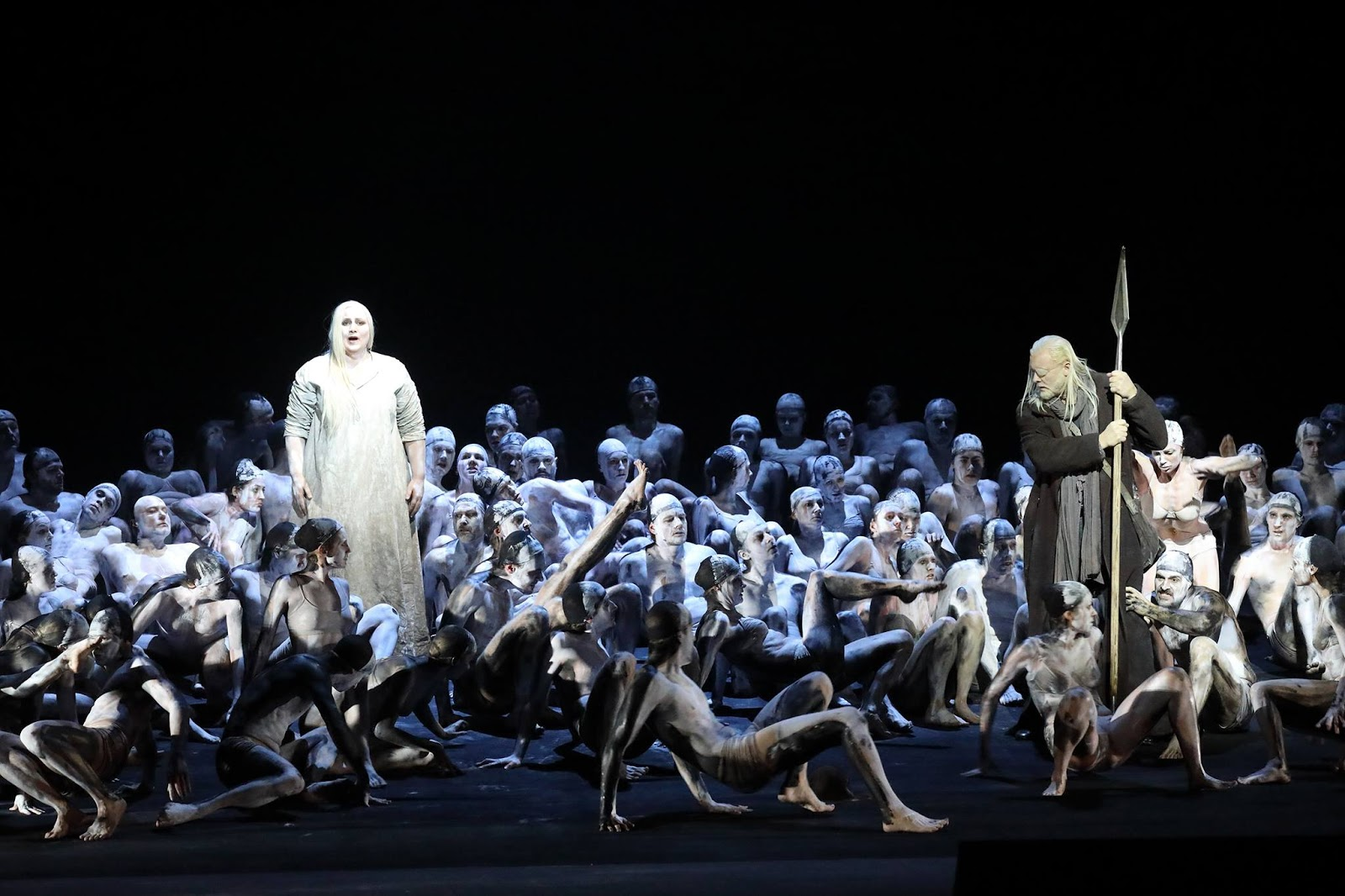 Ain Anger (Fafner), figurants du  Bayerische Staatsoper. Photo: Wilfried Hösl