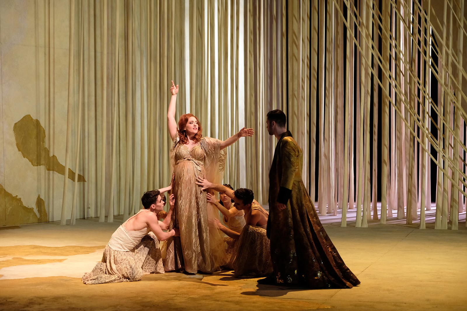 Layla Claire(Alcina),David Hansen(Ruggiero), danseurs (la suite d'Alcina)Photo:Falk von Traubenberg