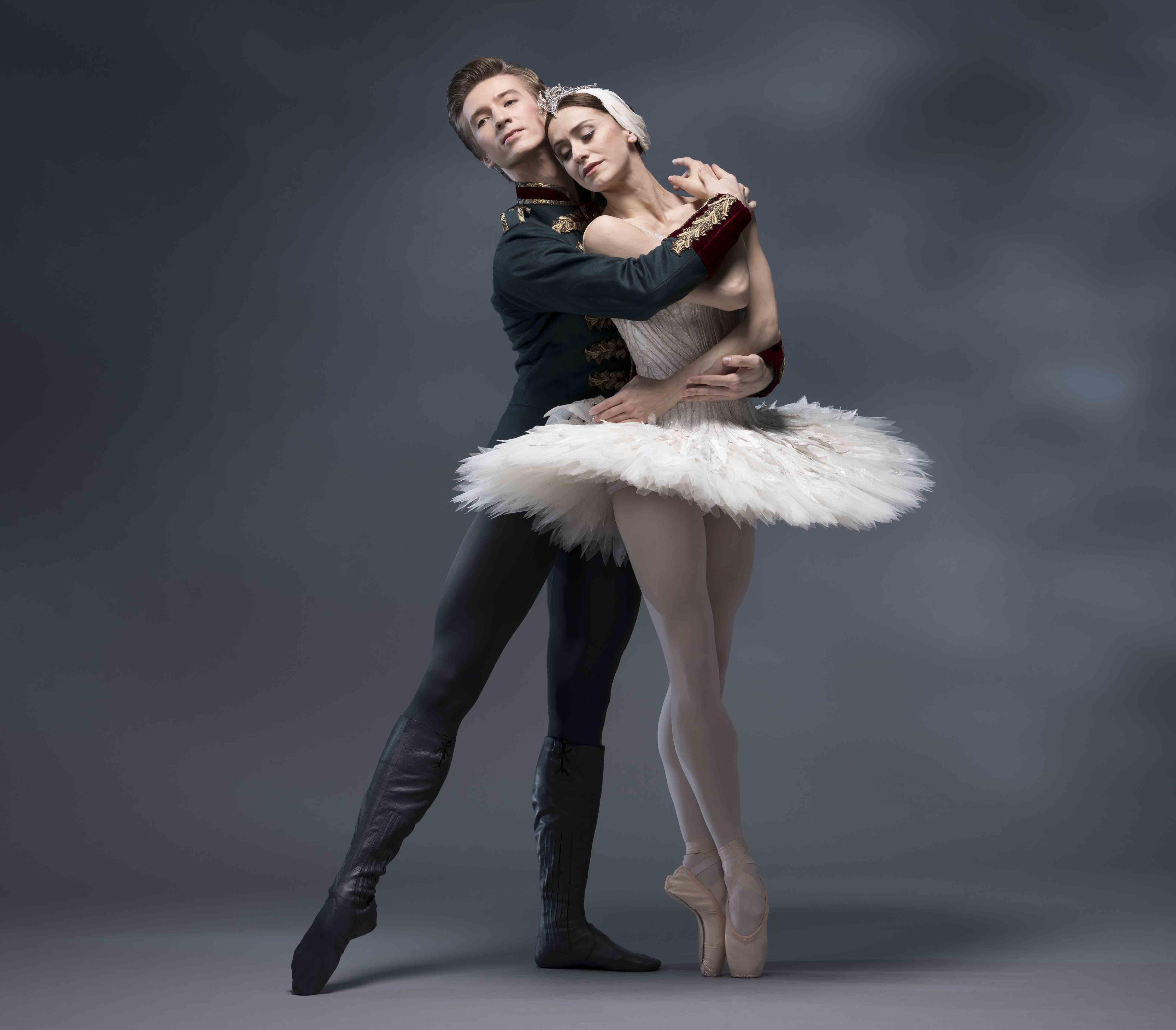 Marinela Núñez y Vadim Muntagirov en El lado de los cisnes de The Royal Ballet. Foto: Bill Cooper