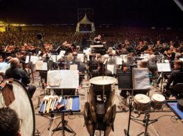 La Orquesta de Valencia con Tebar a la batuta ofreció un concierto estival a orilla de la playa
