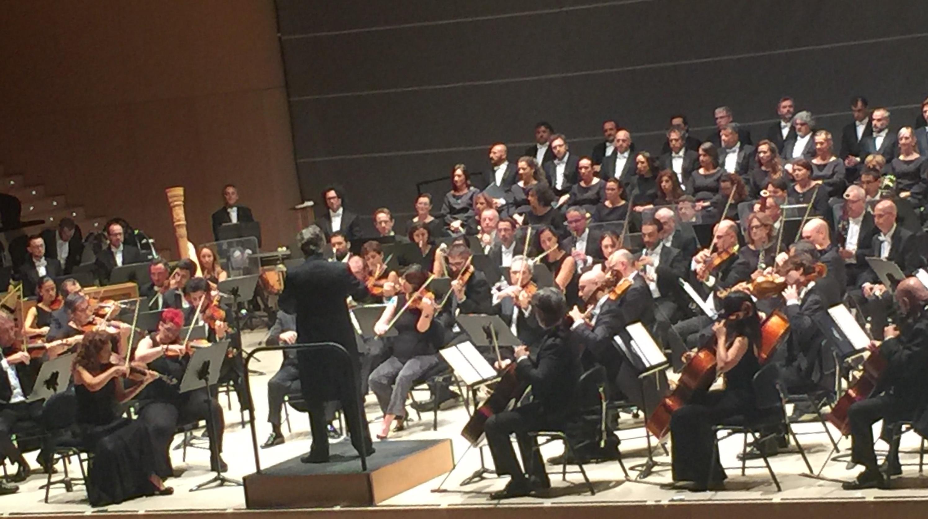 La orquesta y el coro de Valencia subliman «Les hores» de Matilde Salvador