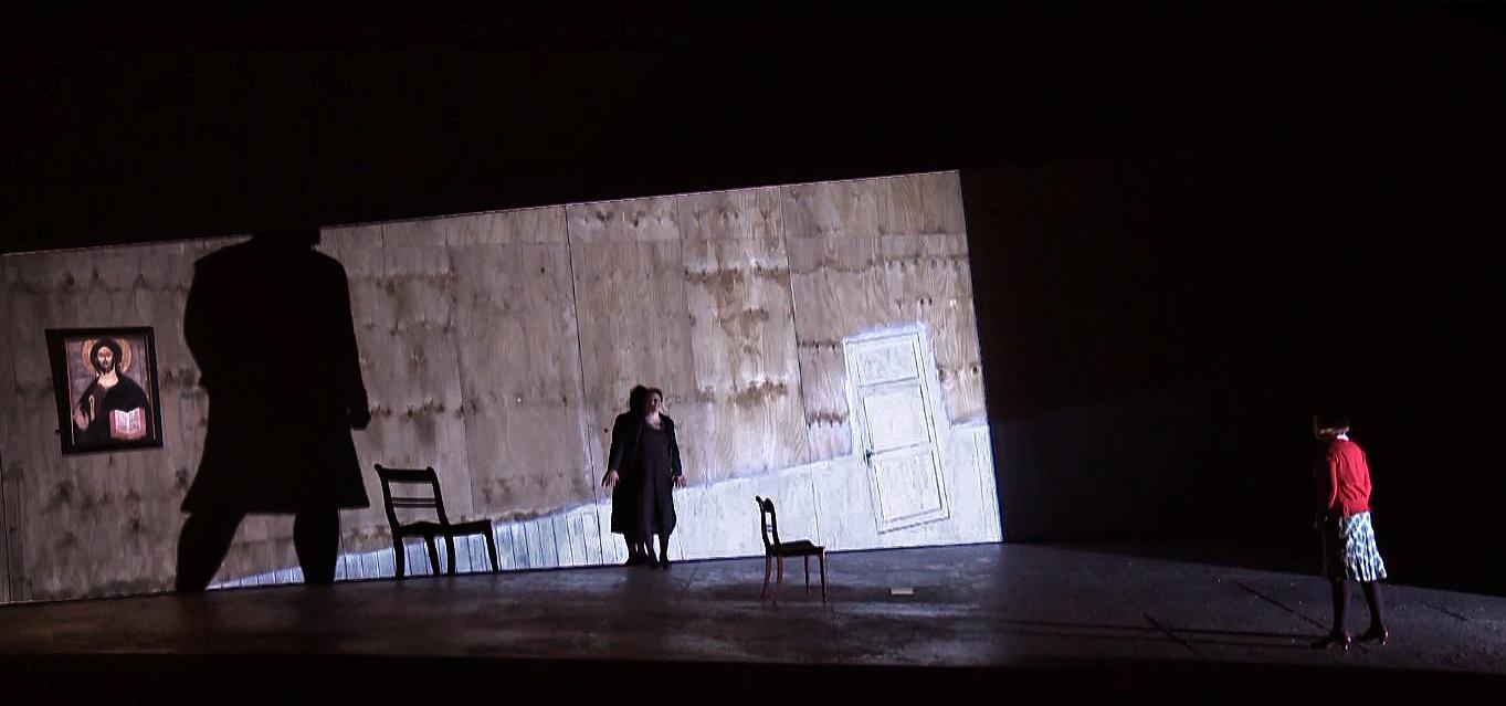 Salón de la casa de los Kabanov © Fotograma del clip promocional.