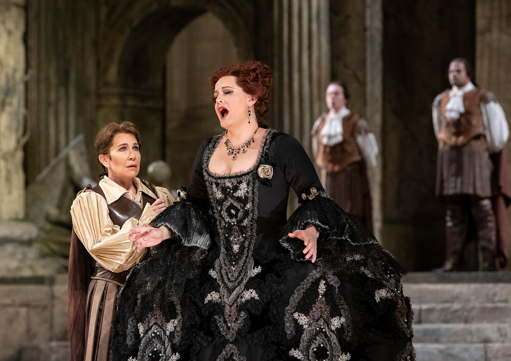 Joyce DiDonato como Sesto y Elza van den Heever como Vitellia en La Clemenza di Tito. Foto: Jonathan Tichler / Met Opera