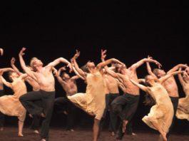 El English National Ballet en Le Sacre du Printemps de Pina Bauschs. Foto-Laurent Liotardo