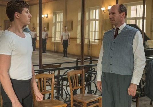 Ralph Fiennes, como Alexandr Pushkin, maestro de Nureyev, interpretado por Oleg Ivenko
