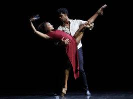 """Carlos Acosta y Marta Ortega en """"Mermaid"""", coreografía de Sidi Larbi Cherkaoui. Foto- Toti Ferrer."""