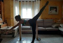 Cristina Camacho Gil, alumna de 6º de Danza Española del Real Conservatorio, en clase de barra en su casa