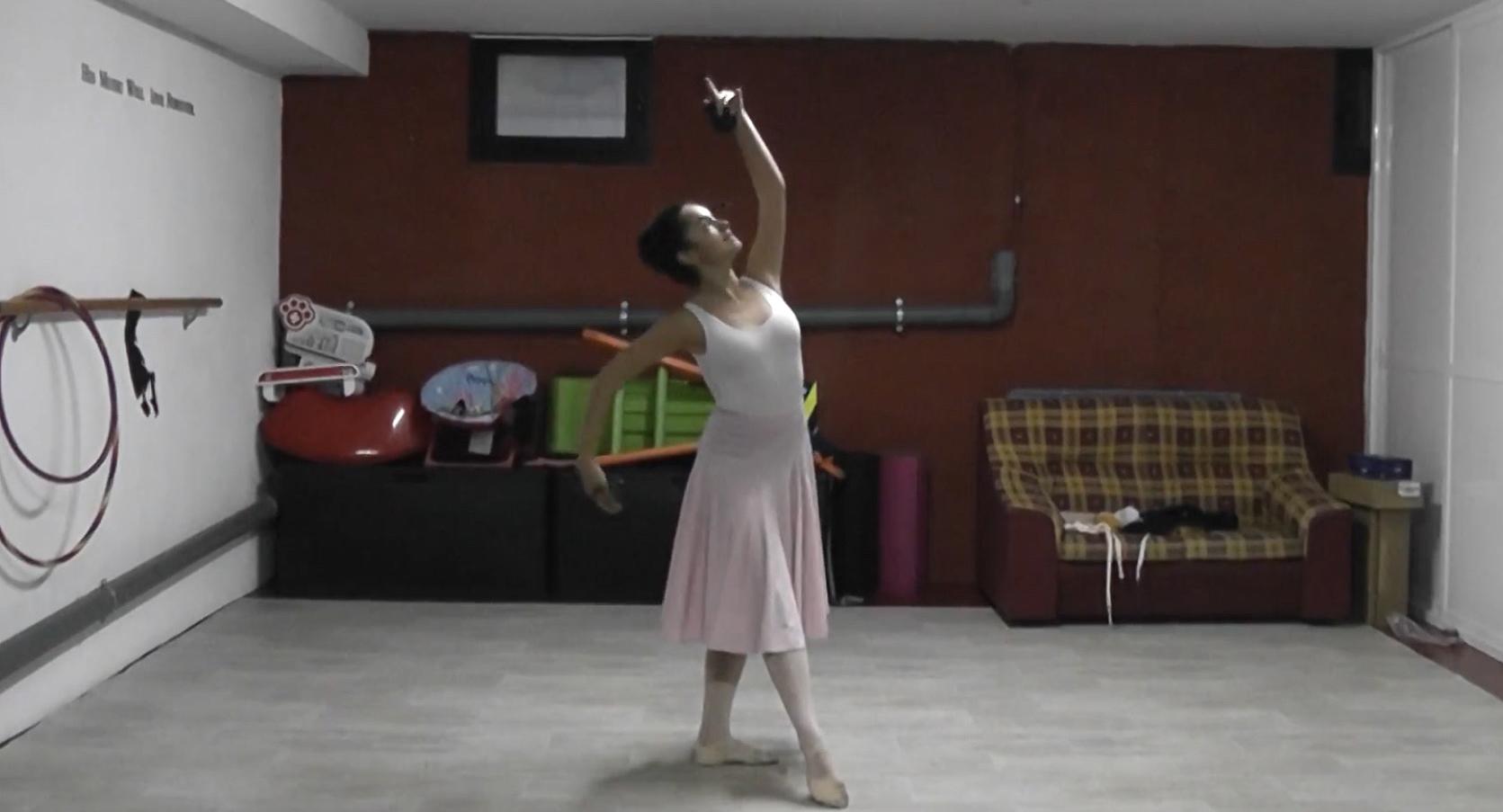 Irene Carpintero, de 4º de Enseñanzas Elementales, practica Escuela Bolera en su casa