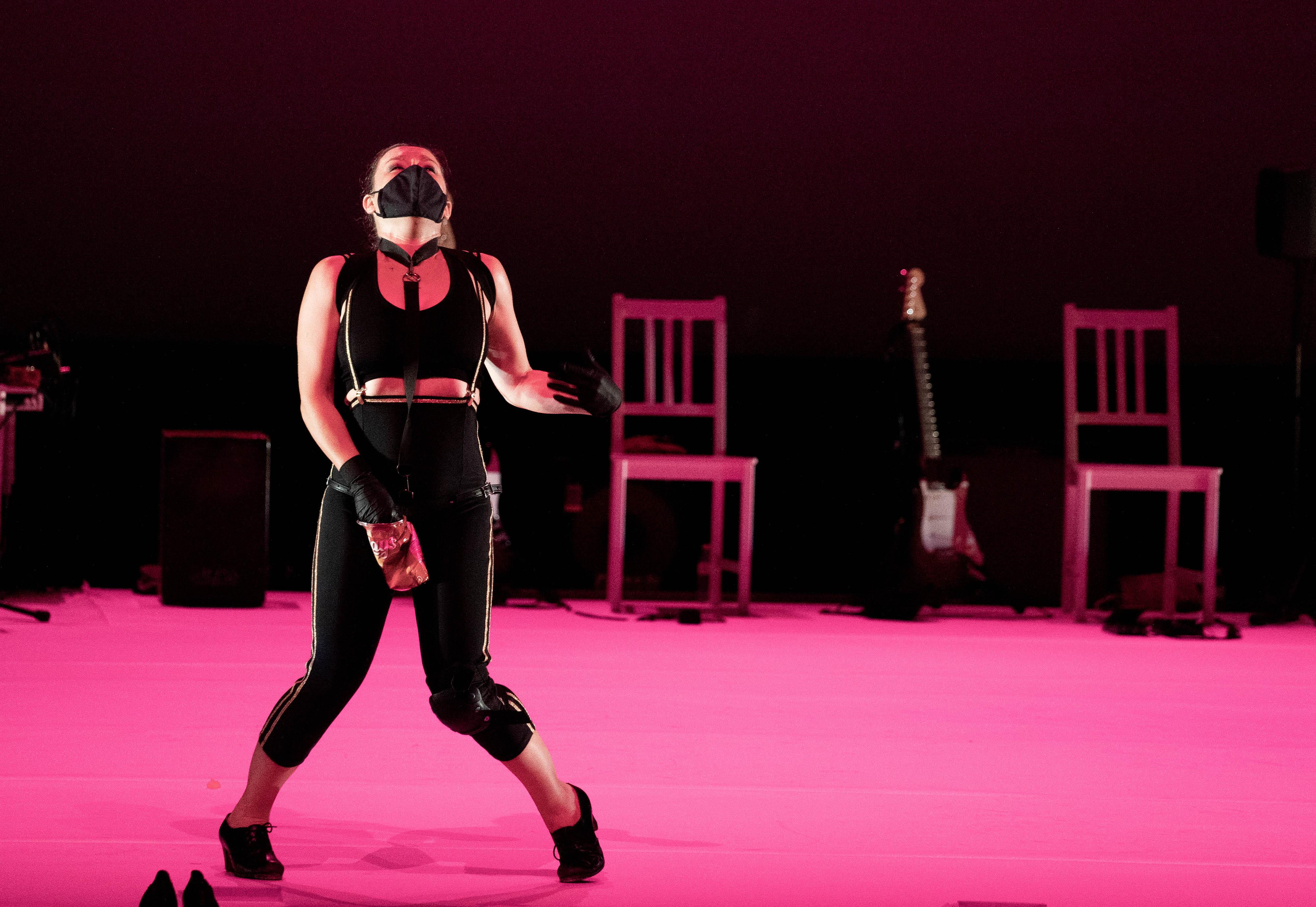 Rocío Molina se solidarizó con los espectadores bailando con mascarilla. Foto: Jesús Umbría