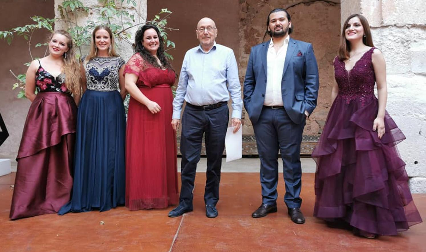 La tres jóvenes sopranos premiadas con el director del Festival Lírico de Medinaceli y los dos cantantes con mención especial.