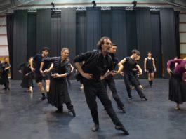 Rubén Olmo, director del Ballet Nacional de España, en un ensayo con la compañía. FOTO: Javier Fergo