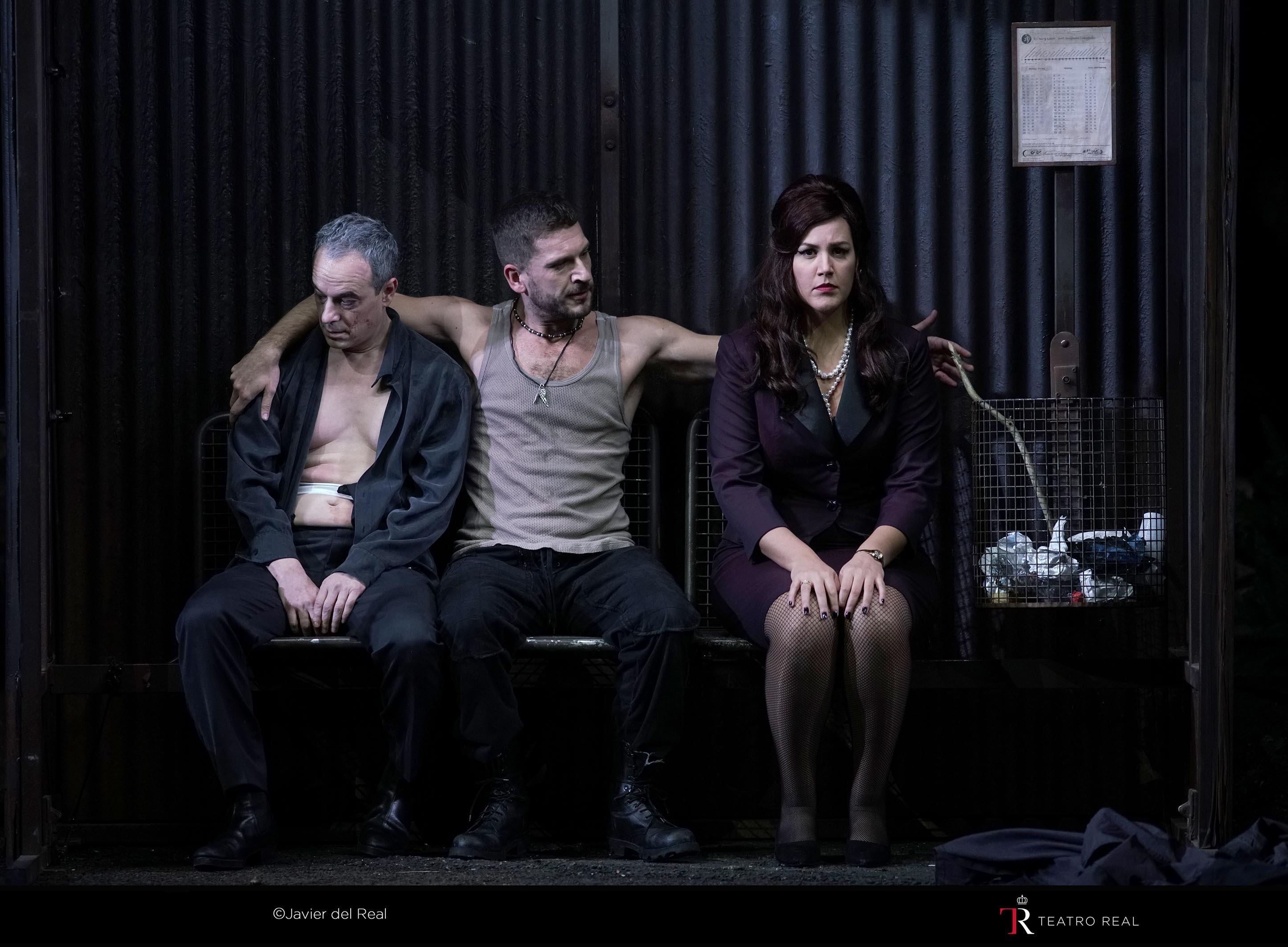Adrian Eröd (Don Giovanni), Marko Mimica (Leporello) y Federica Lombardi (Donna Elvira) esperando el bus