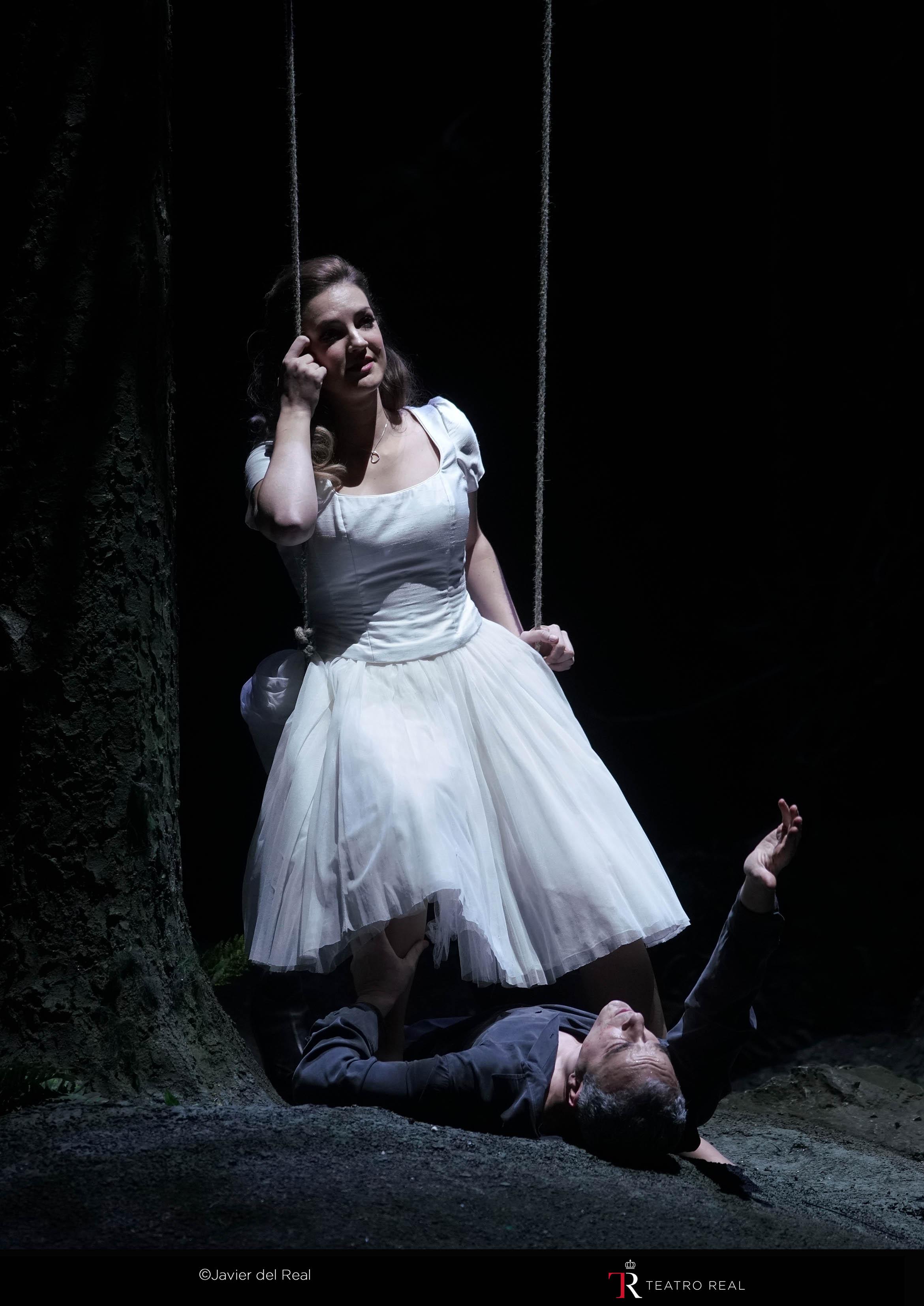 Marina Monzó como Zerlina, encima de un columpio cargado de simbolismo