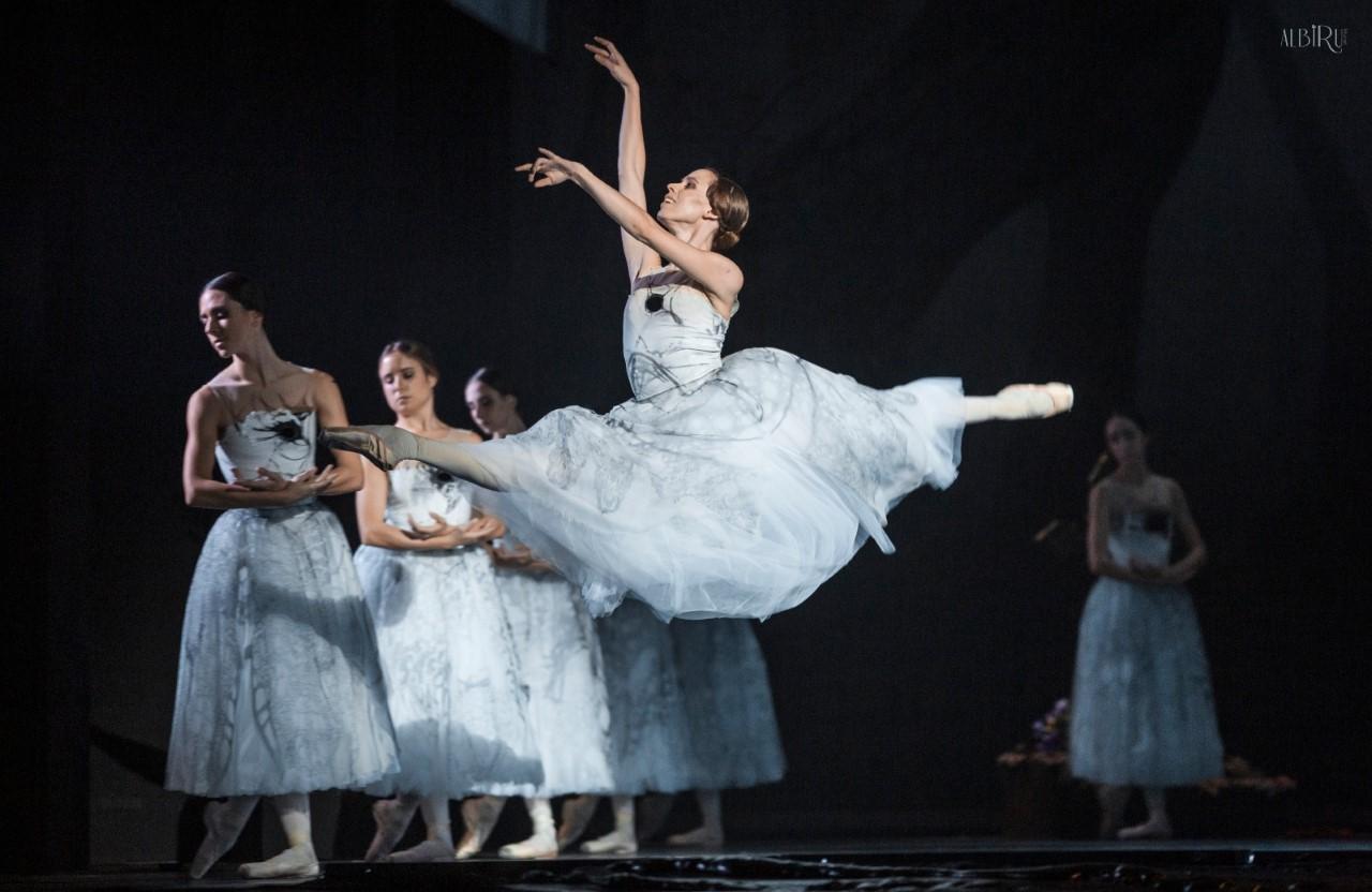 Elisa-Badenes-en-el-2º-acto-del-ballet.-Foto-Alba-Muriel