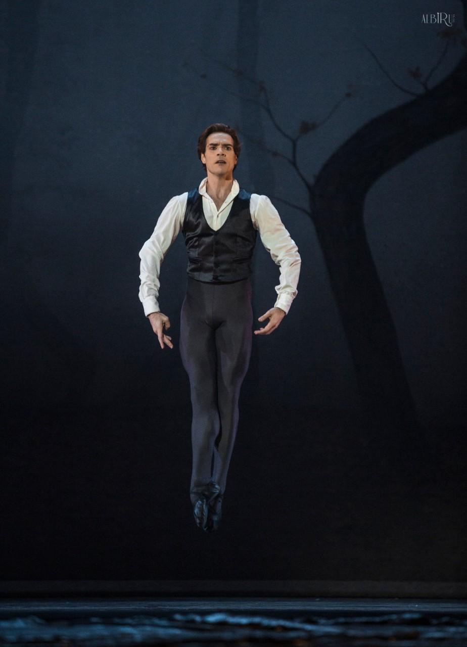 Gonzalo García en el aire, durante su solo del 2º acto. Foto Alba Muriel