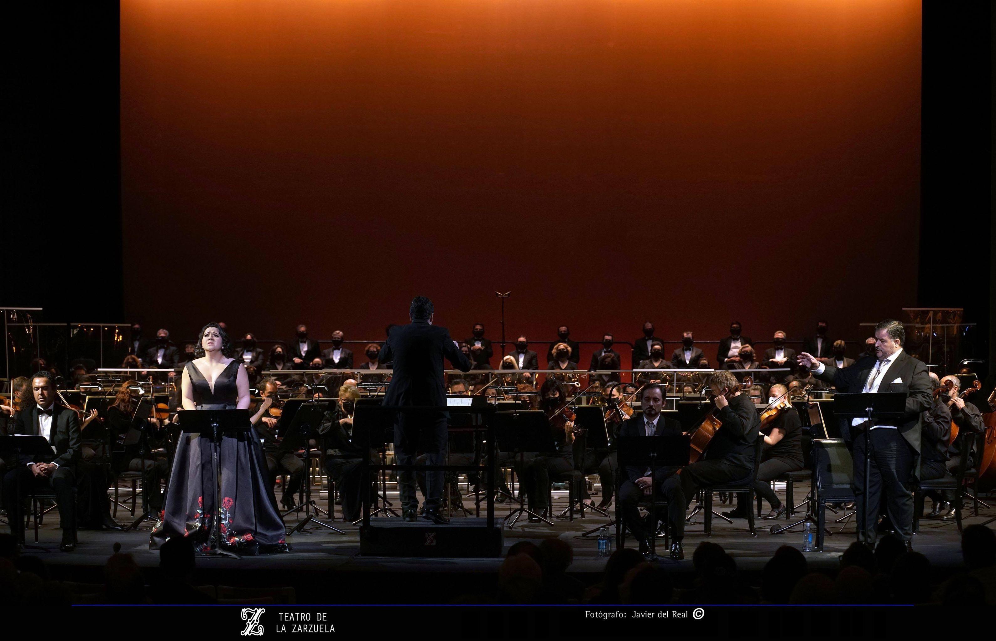 De pie, la soprano Adriana González y el barítono Luis Cansino.
