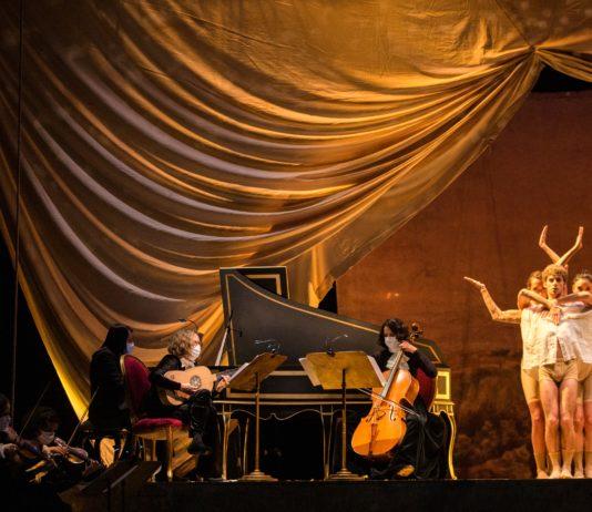 Los bailarines Iker Rodríguez, Sara Fernández y la también coreógrafa Mar Aguiló junto al sexteto de Fandangos y tonadillas. foto-Alba Muriel.jpeg