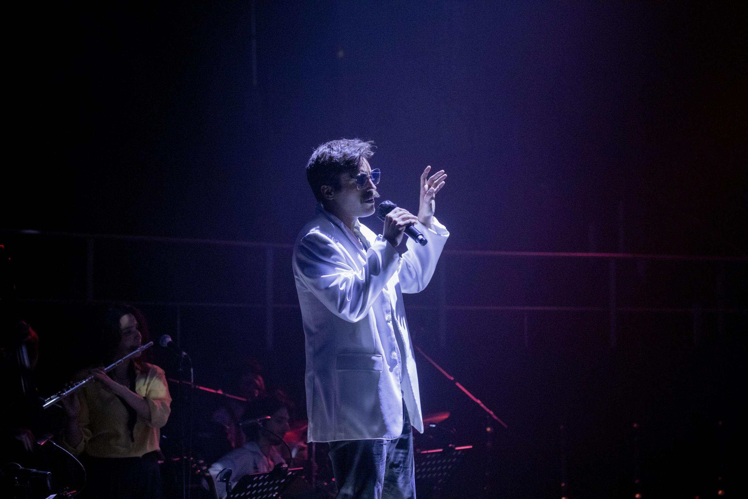 Javier Ariano interpretando Il cielo in una stanza en ENEIDA