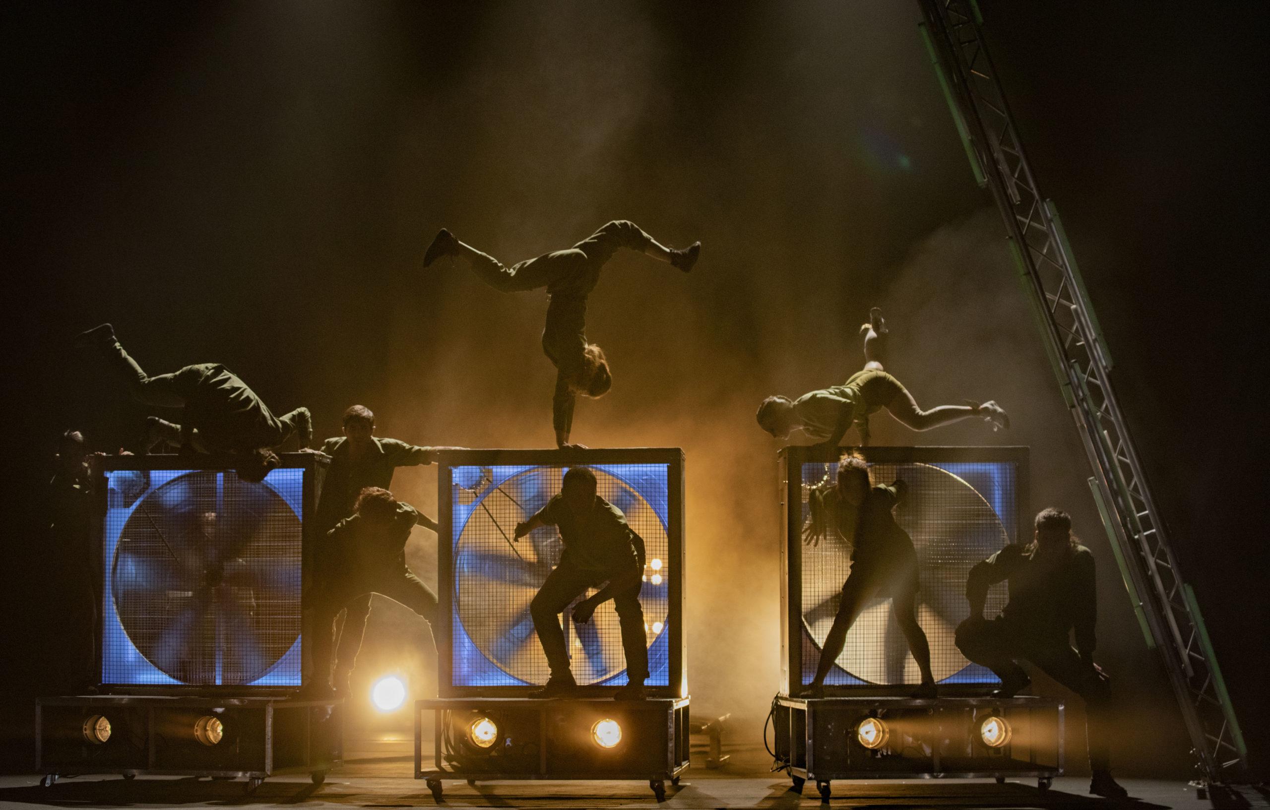 Un momento coreográfico-circense de ENEIDA Foto- Ilde Sandrin