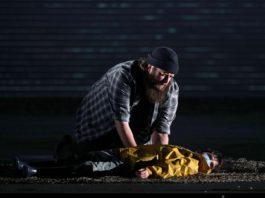 Allan Clayton como Peter Grimes y su joven ayudante. Crítica de Peter Grimes