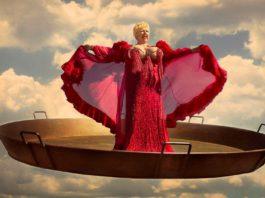 Rosita Amores levitando sobre una paella, obra del artista Luis Montolio