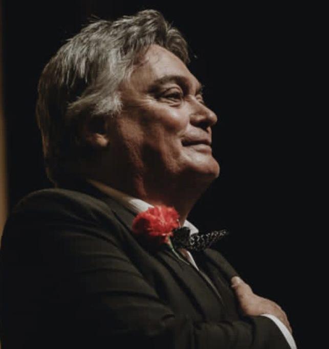 Leopoldo Falcón recibiendo los aplausos en un escenario